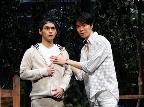 (左から)カフカ役・柳楽優弥、大島役・長谷川博己  撮影:渡部孝弘