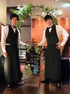 入り口のバラのアーチにて、ふたりがカフェの開店を宣言。