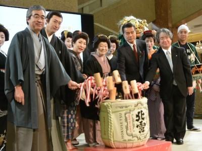 左から、中 本店長(三越)、市川さん、波野さん、水谷さん、勝野さん、西村執行役員(松竹)