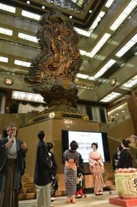 「天女像は今年55歳。芸事の神様です」と三越東京本店の中 本店長が天女(まごころ)像をご紹介