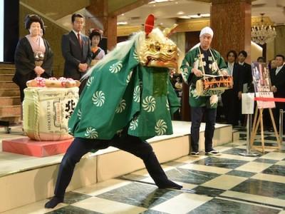 新派公演出演の男優による獅子舞も行われました