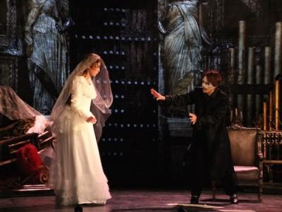 愛するクリスティーヌのウエディングドレスを準備するエリック