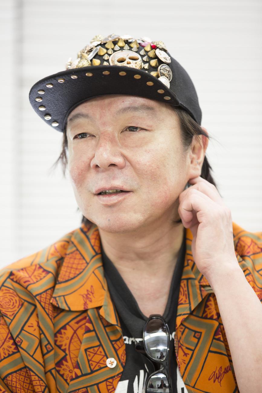オレンジ色のジャケットを着て派手な帽子をかぶっている古田新太の画像