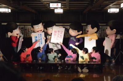 会見後半、おそ松さん(着ぐるみ)が登場。チョロ松のボードにかぶる形で自分のボードを見せる一松。