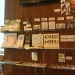 1階では舞台とミュージカルのさまざまな『刀剣乱舞』グッズが購入できます。